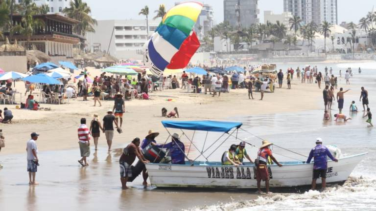 Aumenta afluencia de bañistas en playas de Mazatlán durante Semana Santa