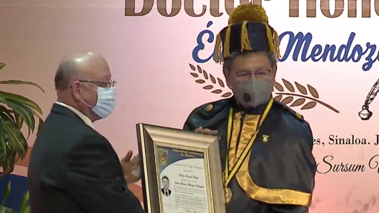 El escritor recibe Doctorado Honoris Causa.